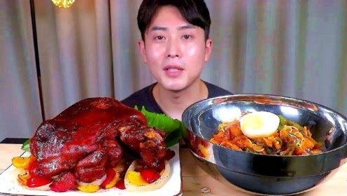 韩国吃货小哥真能吃,吃猪肘子,配上辣面条,真是开眼界了
