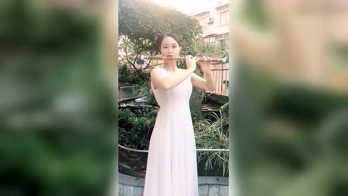 吹竹笛的美女,楚楚动人