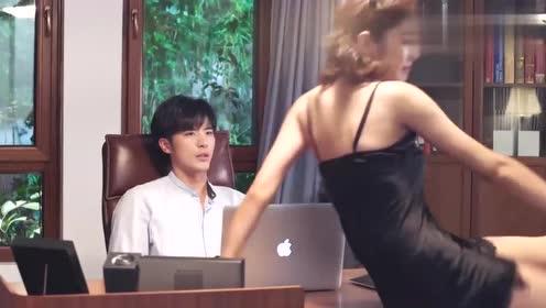 总裁在开视频会议,美女直接冲了进去,被总裁锁在门外