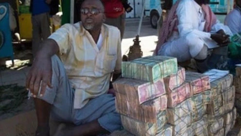 """越南街头的""""奇怪景象"""",成捆人民币摆在路边摊,难道不怕被抢?"""