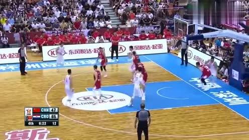中国vs克罗地亚:周鹏篮下背打顶半天没动,球顶没了,笑了!