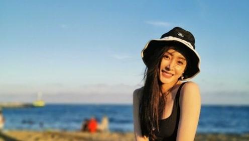 张天爱现身海边,美人美景合二为一,秀出完美身材