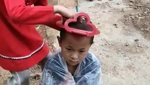 小姑娘没学过理发,却用镜框做道具帮弟弟剪了一个与众不同的发型