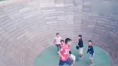 孩子:哥,你不说好三圈就能上去吗
