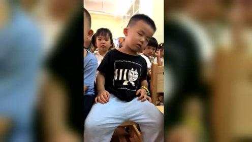 打瞌睡这么可爱,老师怎么忍心喊醒你