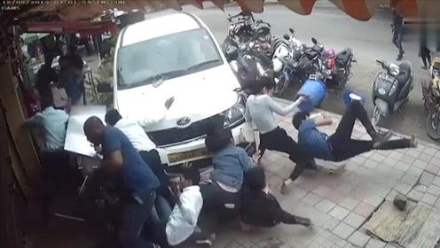 监拍:轿车失控冲上人行道一秒撞倒7人 司机系醉驾