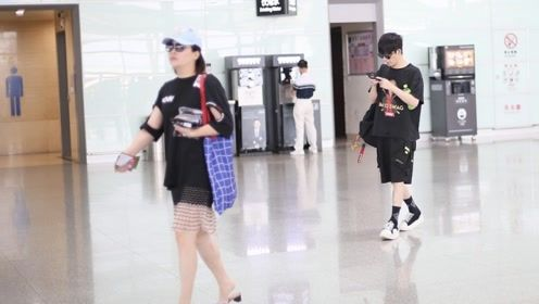 大张伟与妻子同框现身低头沉迷手机,刘迎穿短裙秀美腿瘦身成功