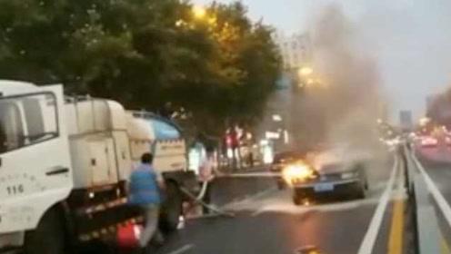 民警下班路上遇轿车起火,机智拦停洒水车扑救