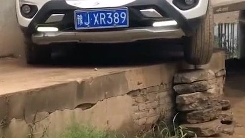 桥下有积水,司机走上面,没想到半路路不够宽了 - 西瓜视频