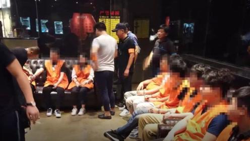 """押解现场曝光!200""""抠脚大汉""""假装网恋女友诈骗落网"""