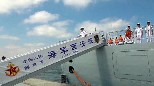 中国海军西安舰抵达埃及亚历山大港 数百人迎接 官兵挥手致意