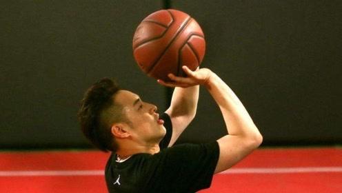 不愧高中篮球校队队长!潘玮柏这几个打球动作太显水平