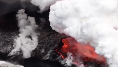 实拍岩浆遇到水的全过程,很难看到的画面,场面太壮观了