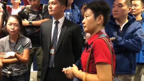 内地记者被港媒无礼围堵強迫检查证件 多家权威媒体深夜发声谴责