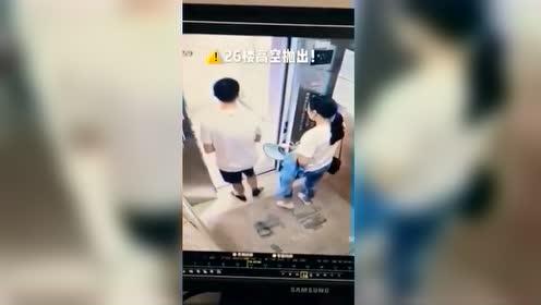 23岁男子扯下电梯指纹锁26楼抛下 其母拒赔:他还是孩子