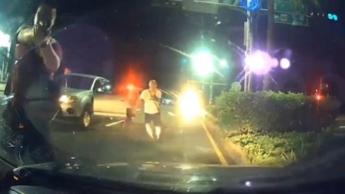 台警察抓毒犯认错车 砸破无辜民众车窗还开枪 事后如此嚣张回应