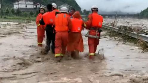 直击现场:四川雅安特大暴雨已致2人死亡 近十万人受灾