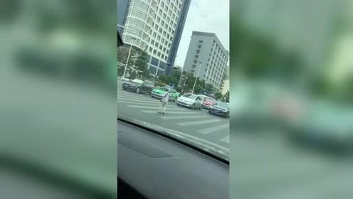 过马路礼让行人,绿灯也停,现在的司机素质越来越高了
