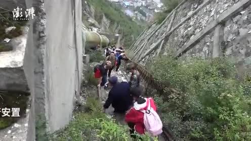 汶川草坡乡成孤岛,武警护送灾民下天梯