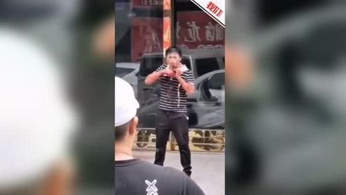 男子因感情纠纷砍伤女友 持刀架自己脖子与民警对峙