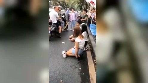 """湖北4少年跪在街头被人骂""""抢娃子"""" 警方:双方因琐事发生矛盾"""