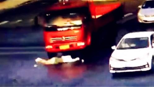 女子骑车遭货车擦倒 人车遭卷入车肚后淡然起身