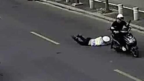真狂!浙江嘉善一男子骑车违法载人被查,冲卡拖伤辅警
