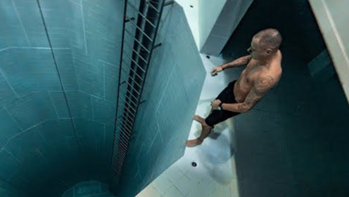 大叔挑战极限40米深水池,拍摄水底瞬间,震撼才刚刚开始!