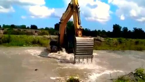 在河里清洗挖掘机!