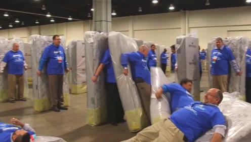 人体多米诺创吉尼斯世界纪录,1200人参与挑战,关键是床垫!