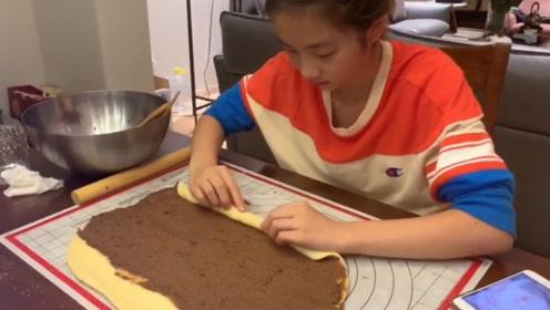 13岁多多继承老爸黄小厨的手艺 做奶茶烤面包信手拈来