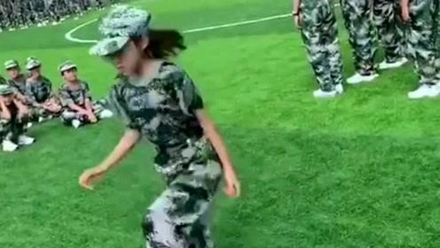 高一新生军训,小妹妹跳的不错,肯定是跳皮筋高手!