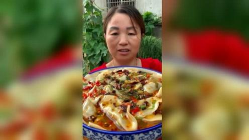 农村阿姨吃酸汤水饺,这满满的一大碗,吃起来好过瘾