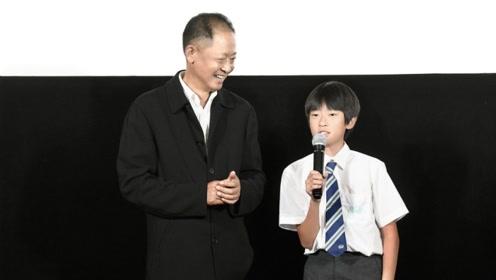 53岁王志文罕见与儿子王冠杰同台 父子深情拥抱