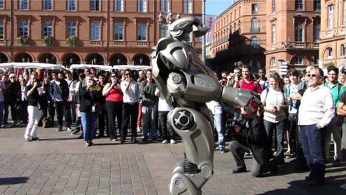 """世界最先进机器人现身法国街头,调戏围观民众,专挑美女""""下手"""""""
