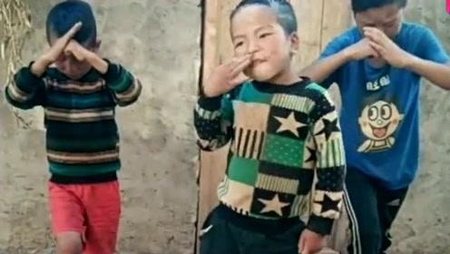 村里的三个小孩,跟大人学的鬼步舞,真是长江后浪推前浪!