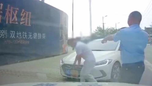 """路遇警车巡查,现代男子赶紧停车""""献殷勤"""",几秒后一声后悔!"""