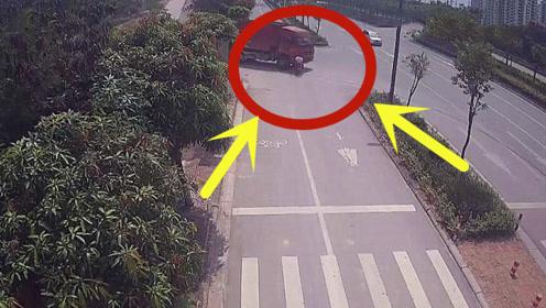 全责!男子驾摩托逆行低头看手机,大货车只能送他上路了!