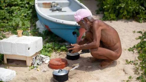 日本76岁老人定居荒岛,为感受大自然,裸着生活20年