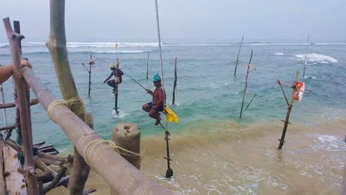 """世界最牛钓鱼法:不用鱼饵踩着""""高跷"""",每年吸引上万人前往体验"""