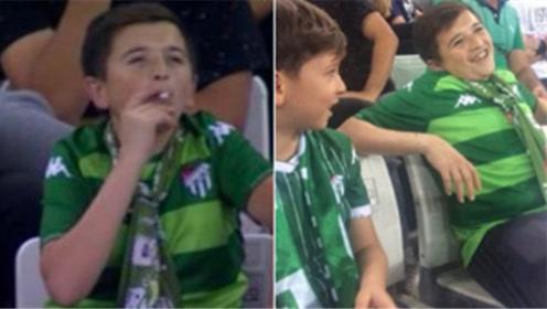 """反转!土耳其球赛看台上""""儿童""""抽烟动作娴熟 其实他36岁了"""