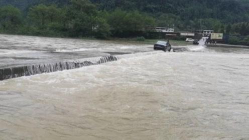 河水暴涨!警民合力洪水中坐挖掘机救援被困车辆