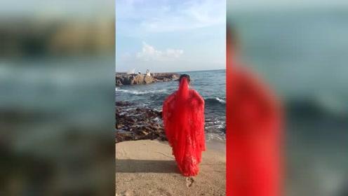 穿着汉服的小姐姐,背影好优雅,但在海边却这样玩有点危险哦