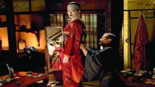日本艺伎不需要自己穿衣服,而是专业男子来服侍,为她们穿衣