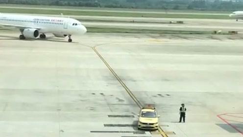 飞机到机场停机,居然还要小车引路及专人指挥,长见识了!