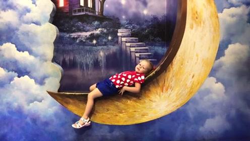 萌娃在月亮上面玩的可开心了!小家伙可真会玩呢!