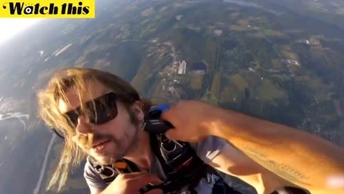 美国男子万米高空剃胡子纪念第400次跳伞 留了7年剃完像警察