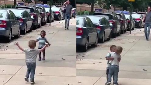 两小男孩冲向对方兴奋拥抱 超有爱视频暖化人心