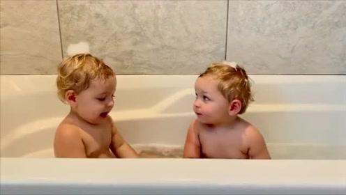 肉嘟嘟的双胞胎宝宝乖乖地泡澡,最后发生的一幕真逗!