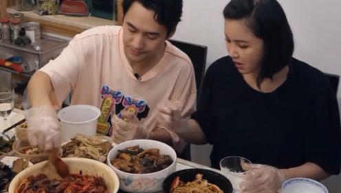 张歆艺大口吃小龙虾,谁注意到她把虾壳扔哪里?网友:素质装不出